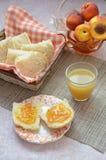 Υγιή συστατικά προγευμάτων Κύπελλο του granola βρωμών όμορφο φρέσκο νόστιμο πρόγευμα στον πίνακα λευκό φρυγανιάς ψωμιού στοκ φωτογραφία με δικαίωμα ελεύθερης χρήσης