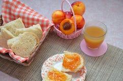 Υγιή συστατικά προγευμάτων Κύπελλο του granola βρωμών όμορφο φρέσκο νόστιμο πρόγευμα στον πίνακα λευκό φρυγανιάς ψωμιού στοκ φωτογραφίες