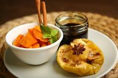 Υγιή τρόφιμα από ένα ψημένες μήλο και μια κολοκύθα Στοκ Εικόνα