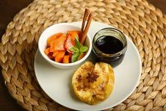 Υγιή τρόφιμα από ένα ψημένες μήλο και μια κολοκύθα Στοκ Φωτογραφία