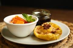 Υγιή τρόφιμα από ένα ψημένες μήλο και μια κολοκύθα Στοκ φωτογραφία με δικαίωμα ελεύθερης χρήσης