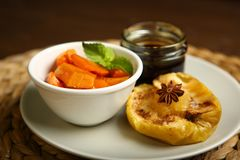 Υγιή τρόφιμα από ένα ψημένες μήλο και μια κολοκύθα Στοκ εικόνα με δικαίωμα ελεύθερης χρήσης