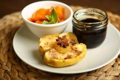 Υγιή τρόφιμα από ένα ψημένες μήλο και μια κολοκύθα Στοκ Εικόνες