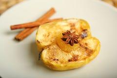 Υγιή τρόφιμα από ένα ψημένο μήλο με την κανέλα Στοκ Εικόνα