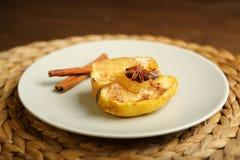 Υγιή τρόφιμα από ένα ψημένο μήλο με την κανέλα Στοκ Φωτογραφία