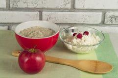 Υγιή τρόφιμα για το πρόγευμα - oatmeal, τυρί εξοχικών σπιτιών, Apple Στοκ Φωτογραφίες