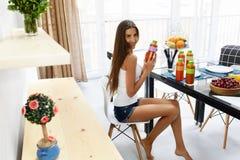 Υγιή τρόφιμα και διατροφή Γυναίκα που πίνει το χυμό Detox, καταφερτζής στοκ εικόνες