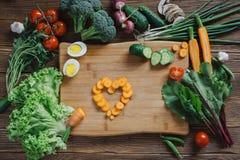 Υγιή τρόφιμα και συστατικά στο αγροτικό ξύλινο υπόβαθρο Στοκ φωτογραφία με δικαίωμα ελεύθερης χρήσης