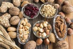 Υγιή τρόφιμα, καρύδια, μικρόβιο σίτου, ολόκληρα μπισκότα σίτου και Cranberr Στοκ Εικόνες