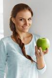 Υγιή τρόφιμα, κατανάλωση, τρόπος ζωής, έννοια διατροφής Γυναίκα με το μήλο Στοκ φωτογραφίες με δικαίωμα ελεύθερης χρήσης
