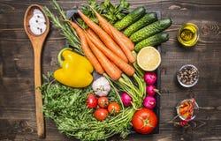 Υγιή τρόφιμα, μαγείρεμα και χορτοφάγες ντομάτες κερασιών καρότων έννοιας φρέσκες, σκόρδο, αγγούρι, λεμόνι, πιπέρι, ραδίκι, ξύλινο Στοκ εικόνα με δικαίωμα ελεύθερης χρήσης