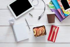 Υγιή τρόφιμα, μεσημεριανό γεύμα στο κιβώτιο φύλλων αλουμινίου στον πίνακα σπουδαστών, διατροφή Στοκ Εικόνες