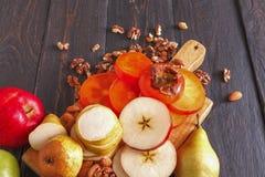 Υγιή τρόφιμα - ο ξύλινος πίνακας με τα φρούτα, επίπεδα βάζει Στοκ φωτογραφία με δικαίωμα ελεύθερης χρήσης