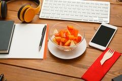 Υγιή τρόφιμα - πρόχειρο φαγητό σαλάτας φρούτων στην αρχή Στοκ φωτογραφίες με δικαίωμα ελεύθερης χρήσης