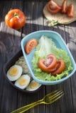 Υγιή τρόφιμα σε ένα εμπορευματοκιβώτιο που μπορείτε να πάρετε με σας Στοκ φωτογραφία με δικαίωμα ελεύθερης χρήσης