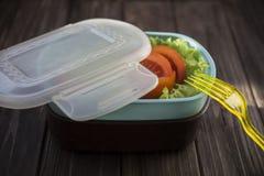 Υγιή τρόφιμα σε ένα εμπορευματοκιβώτιο που μπορείτε να πάρετε με σας Στοκ εικόνα με δικαίωμα ελεύθερης χρήσης