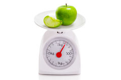 Υγιή τρόφιμα στην κλίμακα ισορροπίας Στοκ Φωτογραφίες