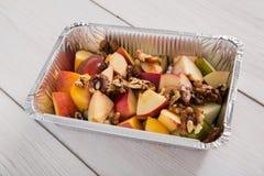 Υγιή τρόφιμα στο κιβώτιο φύλλων αλουμινίου, έννοια διατροφής Ψημένο μήλο στο άσπρο πιάτο Στοκ φωτογραφία με δικαίωμα ελεύθερης χρήσης