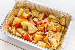 Υγιή τρόφιμα στο κιβώτιο φύλλων αλουμινίου, έννοια διατροφής Ψημένο μήλο στο άσπρο πιάτο Στοκ εικόνα με δικαίωμα ελεύθερης χρήσης