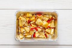 Υγιή τρόφιμα στο κιβώτιο φύλλων αλουμινίου, έννοια διατροφής Ψημένο μήλο στο άσπρο πιάτο Στοκ Εικόνες