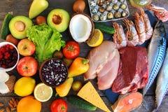 Υγιή τρόφιμα στο παλαιό ξύλινο υπόβαθρο στοκ εικόνες