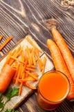 Υγιή τρόφιμα - τεμαχισμένοι καρότο και χυμός καρότων στοκ εικόνες