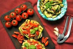 Υγιή τρόφιμα Vegan με τα ψημένες στη σχάρα κολοκύθια και την ντομάτα στοκ φωτογραφίες με δικαίωμα ελεύθερης χρήσης