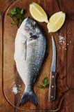 Υγιή φρέσκα ακατέργαστα ψάρια στον ξύλινο πίνακα Στοκ Φωτογραφίες