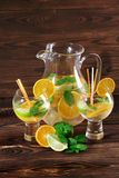Υγιή, φρέσκα εσπεριδοειδή, χυμός μεντών σε ένα επιτραπέζιο υπόβαθρο Πορτοκάλια περικοπών, ασβέστες Σπιτική συνταγή κοκτέιλ φρούτω Στοκ φωτογραφία με δικαίωμα ελεύθερης χρήσης