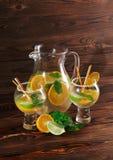 Υγιή, φρέσκα εσπεριδοειδή, χυμός μεντών σε ένα επιτραπέζιο υπόβαθρο Πορτοκάλια περικοπών, ασβέστες Σπιτική συνταγή κοκτέιλ φρούτω Στοκ εικόνα με δικαίωμα ελεύθερης χρήσης