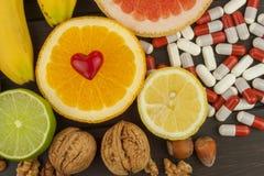 Υγιή φρούτα για τη διατροφή Νωποί καρποί στο σκοτεινό ξύλινο πίνακα Μια υγιεινή διατροφή με τις βιταμίνες στοκ φωτογραφία