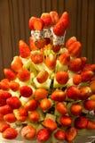 Υγιή φρούτα φραουλών kebabs που γίνονται με το τροπικό displa φρούτων Στοκ φωτογραφία με δικαίωμα ελεύθερης χρήσης