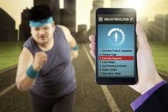 Υγιή ψηφίσματα app με το άτομο που κάνει workout Στοκ Φωτογραφία