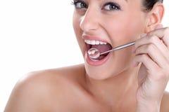Υγιή δόντια με τον οδοντικό καθρέφτη στοκ εικόνες