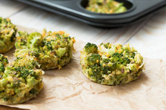 Υγιή muffins για το μεσημεριανό γεύμα - μπρόκολο με το αυγό στοκ φωτογραφία με δικαίωμα ελεύθερης χρήσης