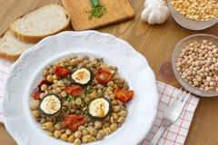 Υγιή vegan τρόφιμα - chickpeas, τα μπιζέλια και οι φακές εξυπηρέτησαν με τις ντομάτες, τα κολοκύθια, τα φρέσκα κρεμμύδια και το ψ Στοκ φωτογραφία με δικαίωμα ελεύθερης χρήσης