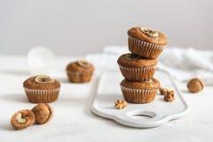 Υγιή vegan muffins ξύλων καρυδιάς μπανανών στο άσπρο υπόβαθρο Έννοια αρτοποιείων, έμβλημα Διαστημική, πλάγια όψη αντιγράφων στοκ φωτογραφίες με δικαίωμα ελεύθερης χρήσης