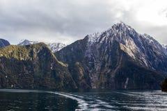 Υγιείς αιχμές βουνών Milford και κυματισμοί νερού στοκ εικόνα με δικαίωμα ελεύθερης χρήσης