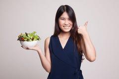 Υγιείς ασιατικοί αντίχειρες γυναικών επάνω με τη σαλάτα Στοκ Φωτογραφίες