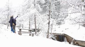 Υγιείς δραστηριότητες σνόουμπορντ και σκι, περιπέτεια στα βουνά ορών, ελβετικά φιλμ μικρού μήκους
