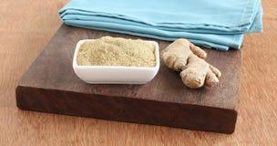 Υγιείς σκόνη πιπεροριζών τροφίμων και ρίζα πιπεροριζών Στοκ Φωτογραφία