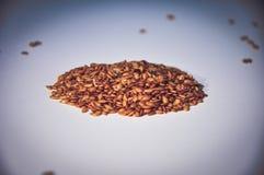Υγιείς σπόροι chia στο λευκό τρόφιμα ακατέργαστα Οργανική τροφή Στοκ Φωτογραφίες