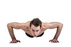 Υγιείς τρόπος ζωής και ικανότητα Όμορφη αθλητική διάπλαση τύπων, με ένα γυμνό σώμα, ώθηση-επάνω, που απομονώνεται σε ένα άσπρο υπ στοκ φωτογραφία