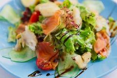 Υγιείς τρόφιμα εστιατορίων, σολομός και κινηματογράφηση σε πρώτο πλάνο σαλάτας ψαριών βακαλάων Στοκ Φωτογραφίες