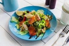 Υγιείς τρόφιμα εστιατορίων, σολομός και κινηματογράφηση σε πρώτο πλάνο σαλάτας ψαριών βακαλάων Στοκ Εικόνες