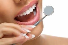 Υγιείς δόντια και καθρέφτης στοκ φωτογραφίες