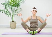 υγιείς meditating νεολαίες γυναικών Στοκ φωτογραφία με δικαίωμα ελεύθερης χρήσης