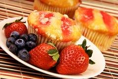 Υγιείς Muffin φραουλών έρημος και καρπός Στοκ Φωτογραφία
