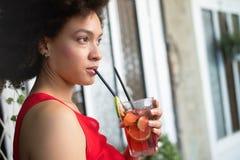 Υγιεινά ποτά, διατροφή και έννοια ανθρώπων Κλείστε επάνω της όμορφης γυναίκας afro στοκ φωτογραφίες με δικαίωμα ελεύθερης χρήσης