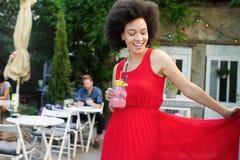 Υγιεινά ποτά, διατροφή και έννοια ανθρώπων Κλείστε επάνω της όμορφης γυναίκας afro στοκ εικόνες